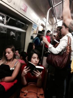 """Moça lendo """"Orgulho e Preconceito"""" enquanto vai para o trabalho."""
