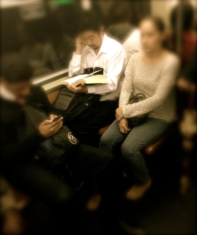 No vagão da Linha Azul do Metro de São Paulo, leitor atravessa as mais de 700 páginas de