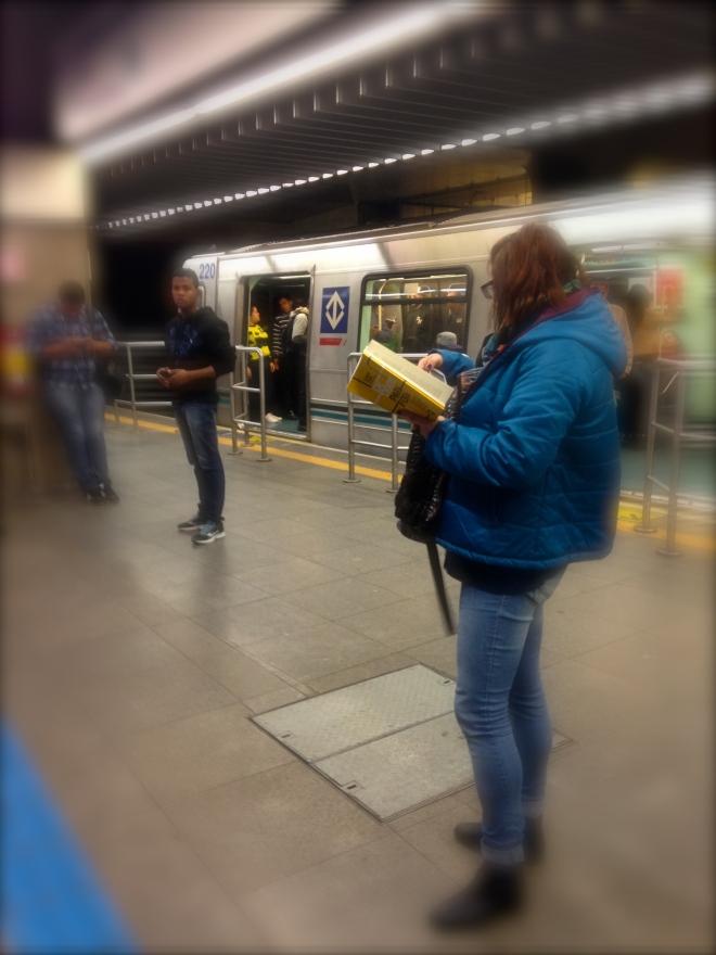 Com muito frio, em plena estação Paraíso (Metro-SP), lê-se De Dentro Para Fora
