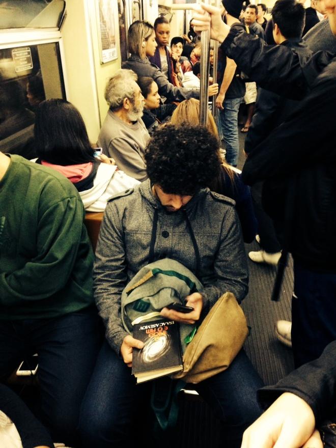Usuário da Linha Vermelha do Metrô SP lê Isaac Asimov