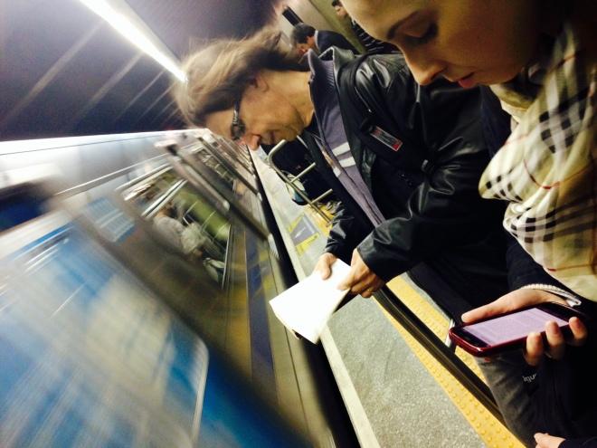 Usuário da Linha Verde do Metrô SP lê Os Irmãos Karamazov enquanto aguarda o trem