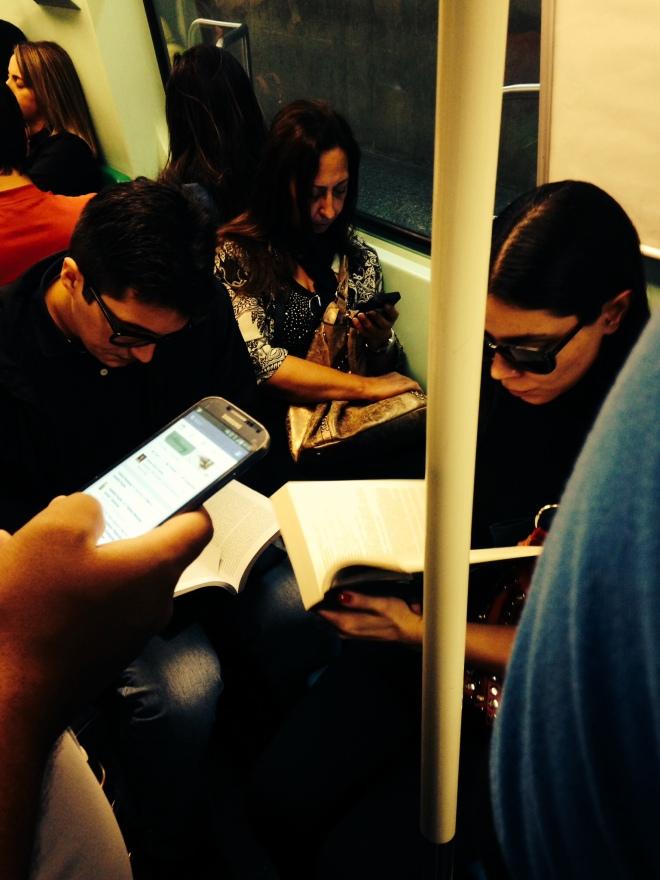 Leitora, de óculos escuros, se aventura pelas centenas de páginas de