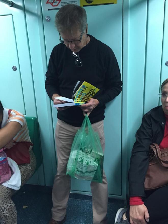 "Leitor de ""Mario Prata Entrevista Uns Brasileiros"", no Metro de São Paulo."