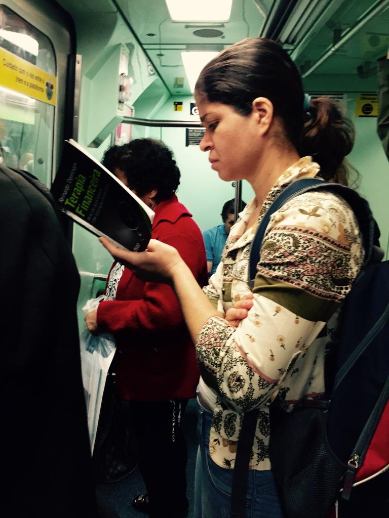 Moça concentrada na leitura de Terapia Financeira