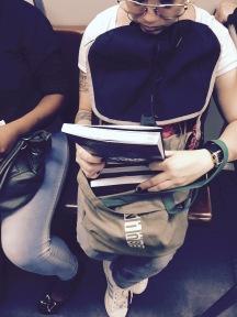 Leitora sentada em um trem urbano em São Paulo ostenta coleção Star Wars