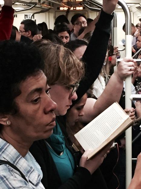 """No vagão lotado, mulher lê """"Orgulho e Preconceito"""", de Jane Austen"""
